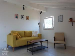 A seating area at SKIP Apartment