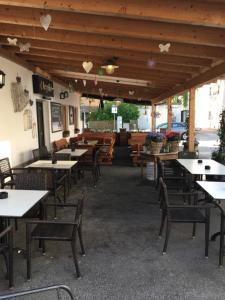 Ein Restaurant oder anderes Speiselokal in der Unterkunft Chaplin