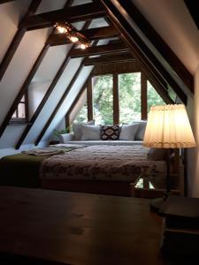 Un pat sau paturi într-o cameră la Casa Porumbacu 295