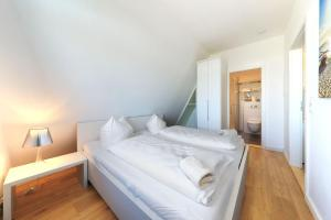 A bed or beds in a room at Apartment Traveblick