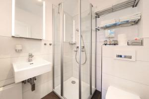 A bathroom at Apartment Traveblick