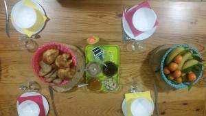 Breakfast options available to guests at Gîte de montagne du Plateau de Lhers