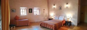 سرير أو أسرّة في غرفة في Kasbah Timdaf