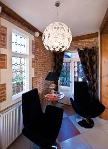 A seating area at Godalming Hotel
