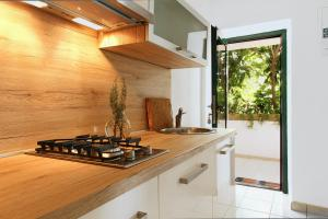 A kitchen or kitchenette at Apartment Inselblick 2