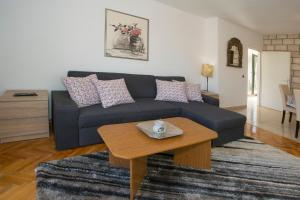 A seating area at Apartments Ivana