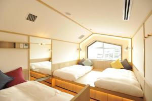 咖啡淘京都三條女士旅館房間的床