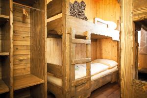 A bunk bed or bunk beds in a room at Baumhotel Styrassic Park