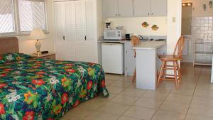 A kitchen or kitchenette at Aruba Beach Villas