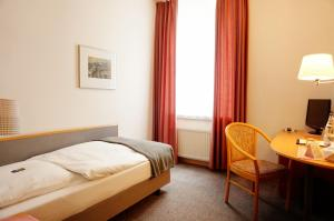 A bed or beds in a room at Ringhotel Altstadt