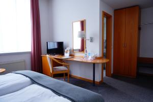 A television and/or entertainment center at Ringhotel Altstadt