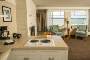 A kitchen or kitchenette at Looking Glass Inn