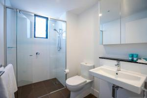 A bathroom at Synergy Broadbeach - Official