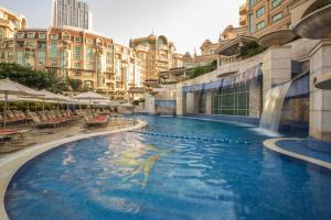 المسبح في Swissôtel Al Murooj Dubai أو بالجوار