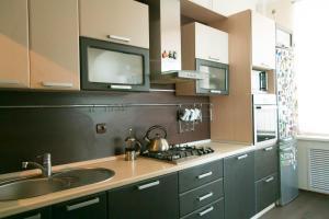 Кухня или мини-кухня в Апартаменты на Чапаевской 232
