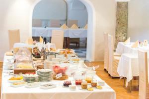 Ein Restaurant oder anderes Speiselokal in der Unterkunft Hotel Schloss Leonstain