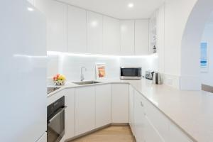 A kitchen or kitchenette at Right on Bondi