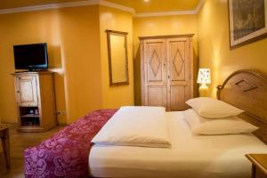 A bed or beds in a room at Werners Boutique Hotel