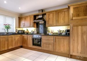 A kitchen or kitchenette at Lakeview Holiday Cottages