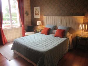 A bed or beds in a room at Le Clos Lauradière