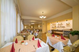 Ein Restaurant oder anderes Speiselokal in der Unterkunft Hotel Luisa