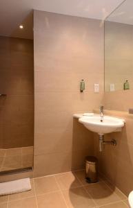 A bathroom at International Hotel Telford