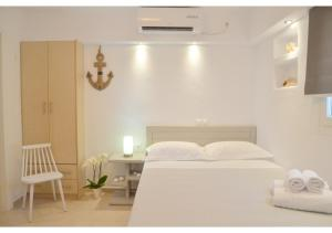 A bed or beds in a room at SeaScape Mandrakia