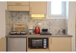 A kitchen or kitchenette at SeaScape Mandrakia