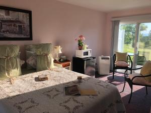 A bed or beds in a room at Savannah House Wine Country Inn & Cottages