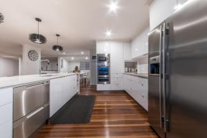 A kitchen or kitchenette at Hayman Views