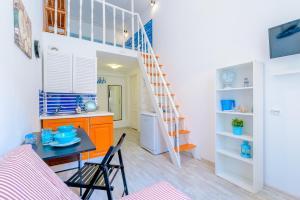 Кухня или мини-кухня в Sokroma Алые Паруса Aparts