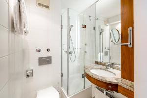 A bathroom at Mercure Hotel München Airport Freising