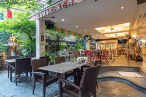 Un restaurant u otro lugar para comer en New Siam 1 Guest House Near Siriraj Hospital