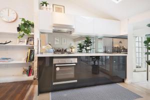 A kitchen or kitchenette at Luxury Designer Paddington Cottage + FREE WIFI