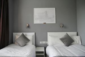 A bed or beds in a room at Greenmount Bed and Breakfast