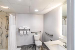A bathroom at The Inn at Pine Knoll Shores
