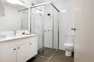 A bathroom at Harrigan's Irish Pub & Accommodation