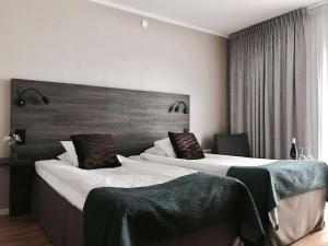 A bed or beds in a room at Best Western Motala Stadshotell
