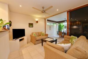 A seating area at Seascape Holidays - 8 Surya