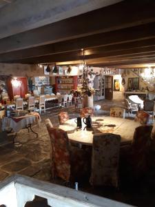 Restaurant ou autre lieu de restauration dans l'établissement Le Francillon