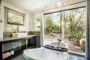 Ein Badezimmer in der Unterkunft Old Mill Lodge & Restaurant