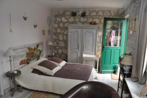A bed or beds in a room at Un Air de Campagne