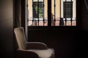 A seating area at Aqua Apartments