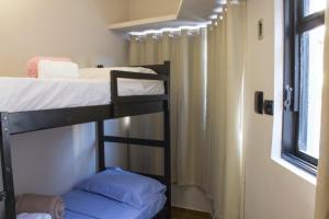 Uma ou mais camas em beliche em um quarto em Vhostel