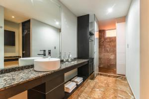 A bathroom at Exe Cities Reforma