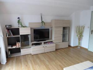 A television and/or entertainment centre at Ferienwohnung Wimberger