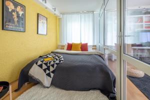 A bed or beds in a room at Bolshaya Pokrovskaya str. 75 apartment 18