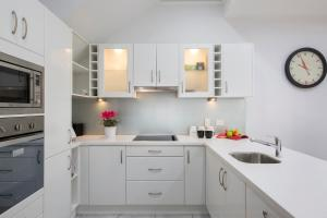 A kitchen or kitchenette at Carrington Charm - CBD - WiFi - Parking