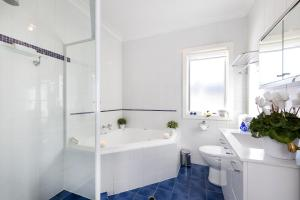 A bathroom at Carrington Charm - CBD - WiFi - Parking