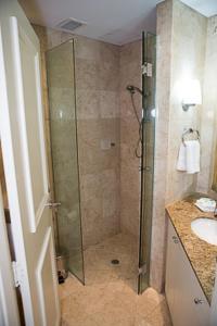 A bathroom at Bond 512